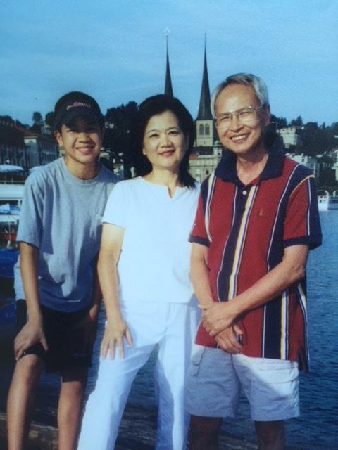 2008年與兒同遊歐洲途中在法國塞納河畔慶祝母親節,彷彿就在昨日一樣,很難忘的一天。(網友水仙提供)