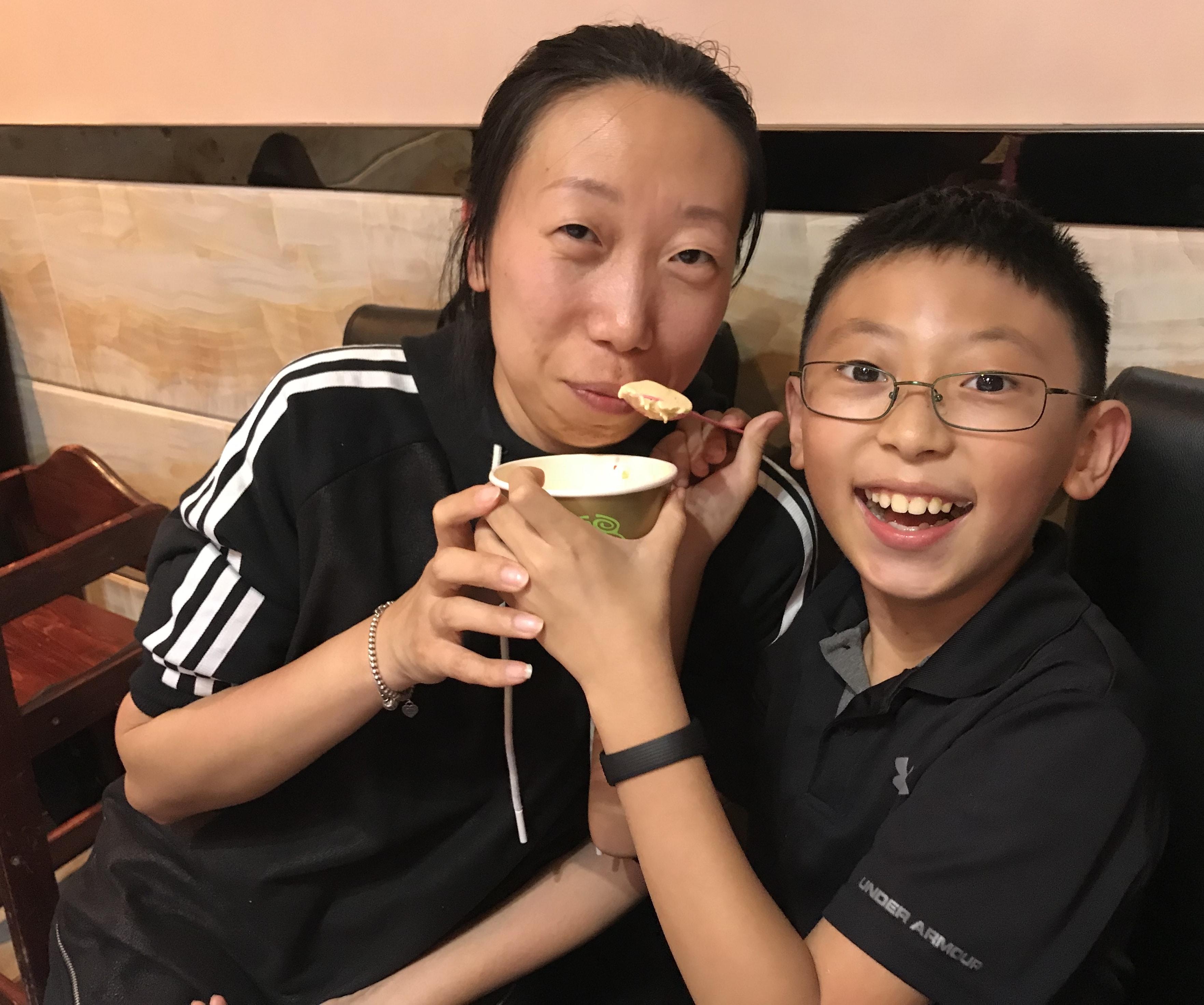 兒子Kevin: 媽媽請你吃一口我最愛的冰淇淋 媽媽紅玲:so sweet !謝謝兒子 by網友馬先勇