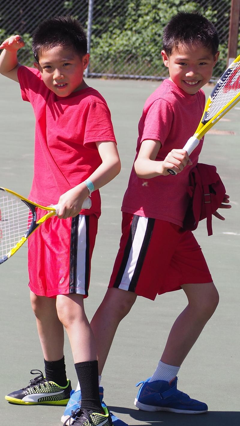 8歲的Bruce 和 Curtis 的媽媽一直幻想這對雙胞兄弟練習網球,長大像Bryan Brothers 那對美國網球兄弟明星。可惜小哥倆有自知之明,興趣缺缺。母親節,哥倆欣然去打網球,做為給媽媽的禮物。@西雅圖 by網友夏洋洲