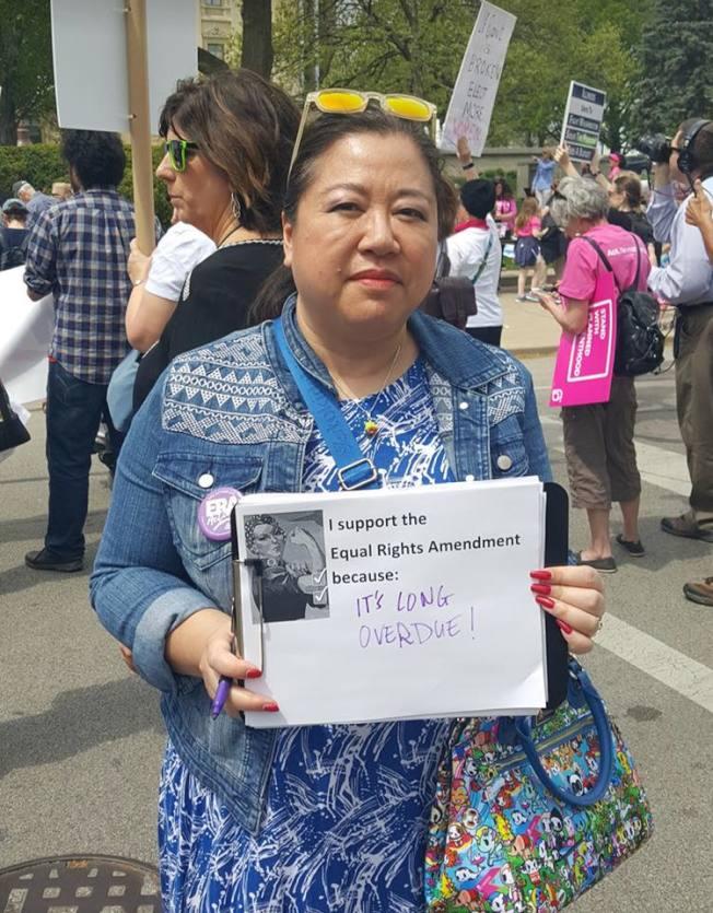 華裔女律師蕭愛萍對伊利諾州批准「平權修正案」非常高興,她也時常參加各項爭取女權運動。(蕭愛萍臉書截圖)