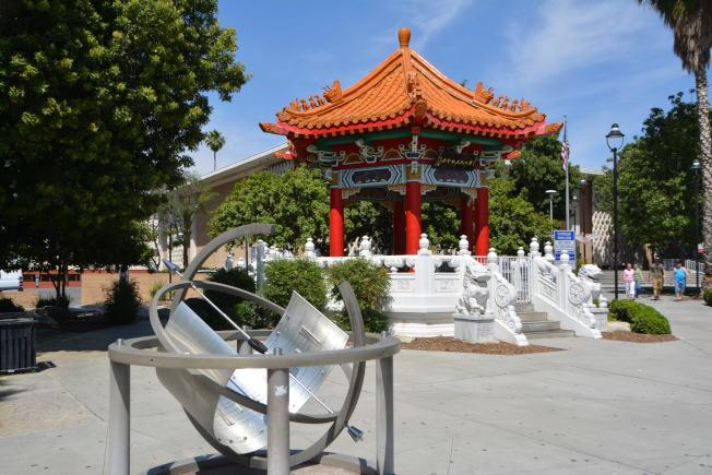 河濱市中心華人中國亭,紀念先民在內陸開發功績。(記者啟鉻/攝影)