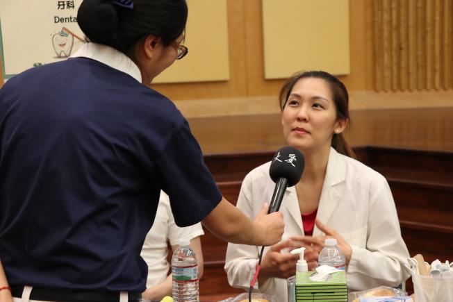 在糖城及中國城都有診所的101牙科負責人蘇燕萍接受大愛電視台採訪。