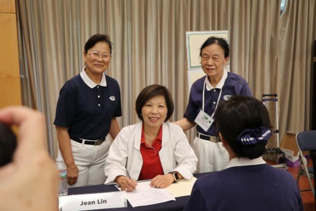 杏林復健診所負責人林琬真(中)親切為民眾看診。
