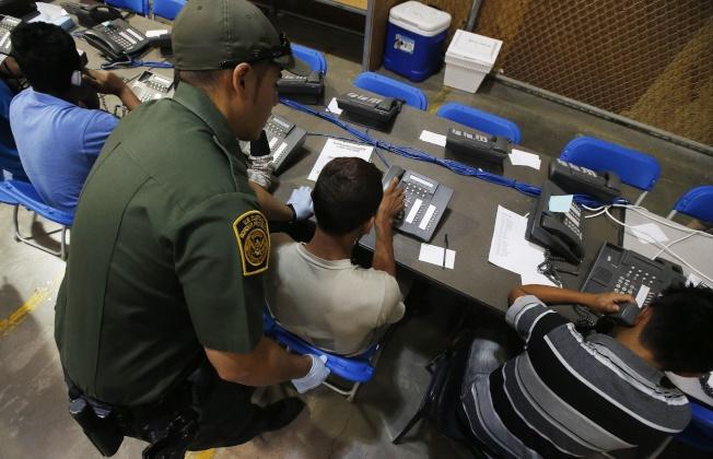 聯邦衛生部(HHS)澄清,1475名「無伴移民兒童」並沒有「失聯」,只是當局致電寄養家庭時沒有人接電話。圖為被政府拘押的無證男童打電話給家人。(美聯社)