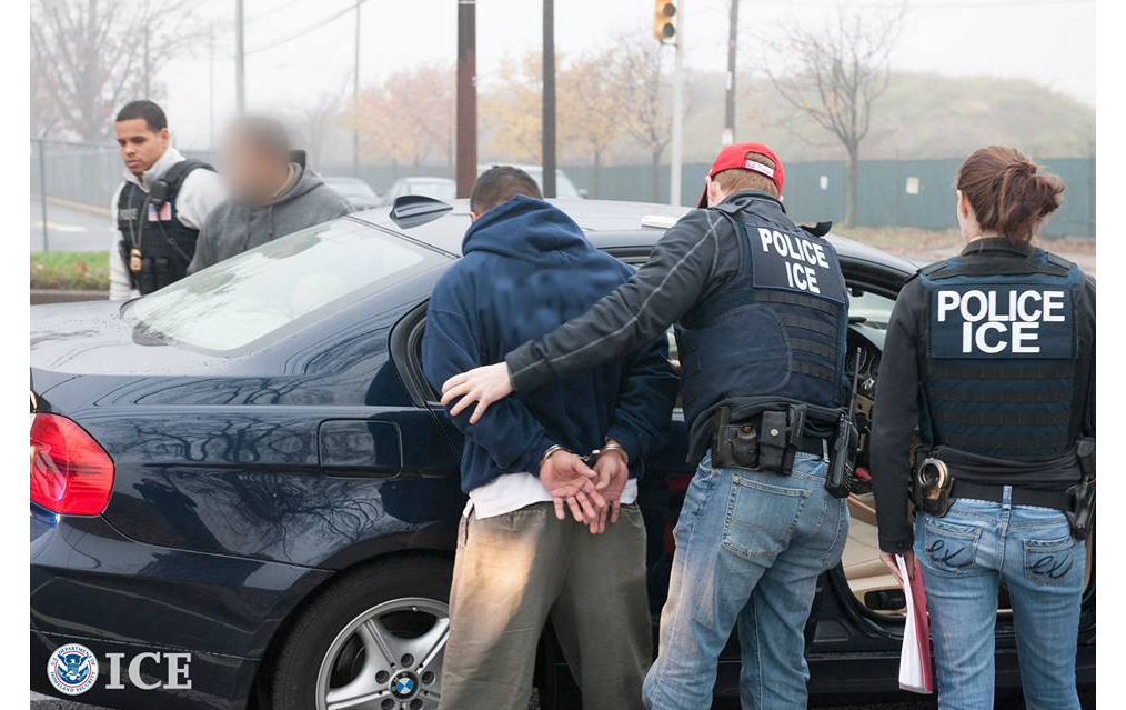 ICE強硬指出,移民執法人員繼續至社區、工作場所大範圍搜捕無證移民。 本報檔案照
