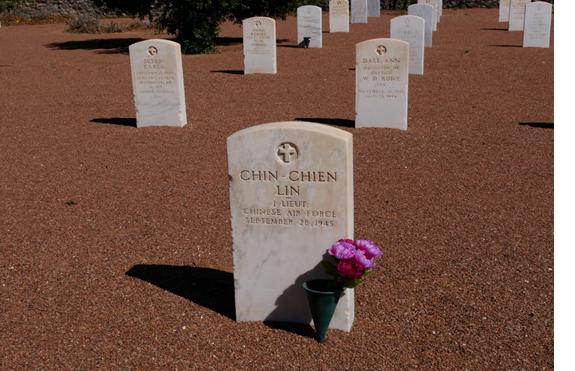 秦建林烈士在美國德州布利斯堡國家軍人陵園,墓碑上的名字是Chin-Chien Lin。