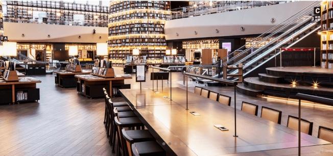 星野圖書館裝設一張11.5公尺的長桌,可同時坐100人。(取材星野圖書館官網)