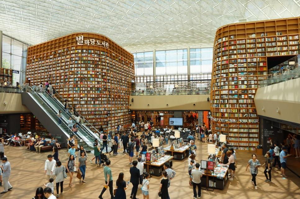 星野圖書館藏挑高兩層樓,有來自全球、數不盡的出版物,已經是首爾江南區必訪景點。(取材自COEX購物中心官網 )