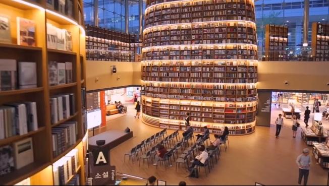 夜晚的星野圖書館。(截圖自youtube)