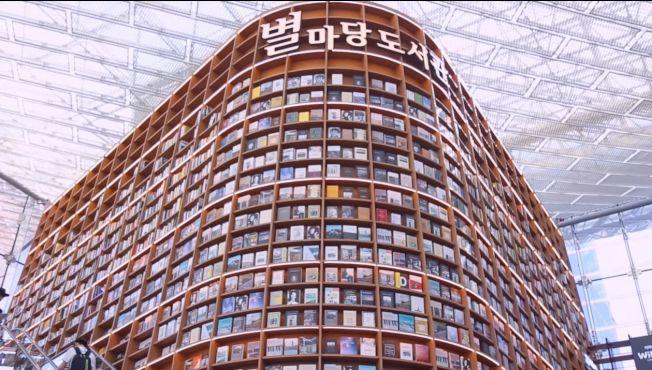 高達13公尺的巨型書架超壯觀,讓人一秒變小人國成員。(截圖自youtube)