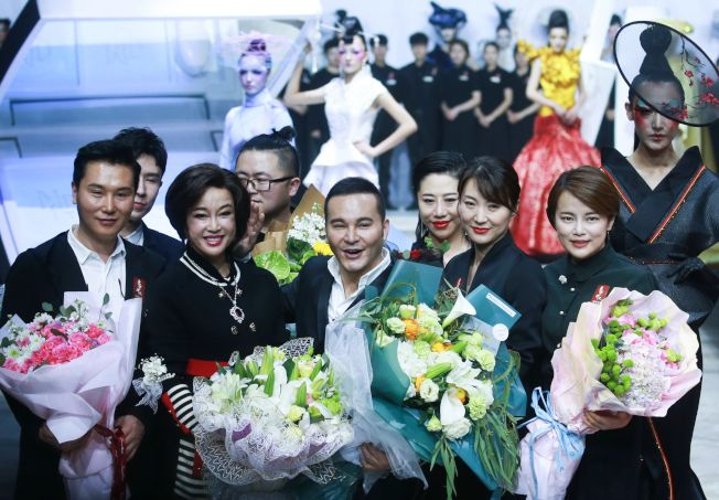 中國影星劉曉慶(前左二)早年因逃漏稅而坐過牢。(Getty Images)