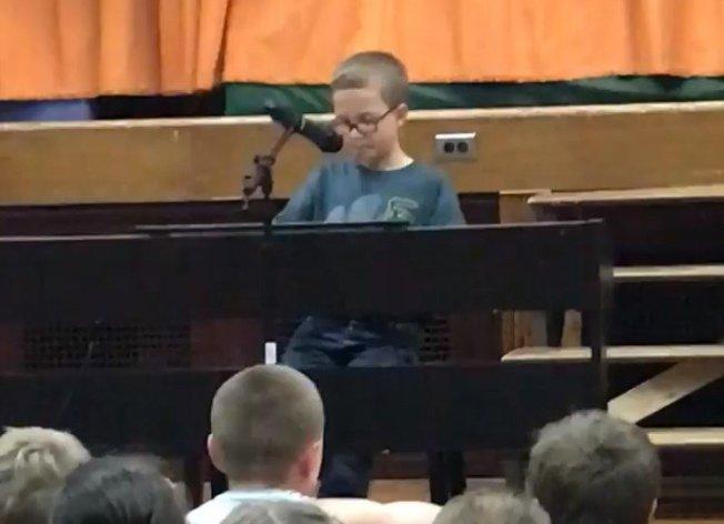 美國一名10歲男童自彈自唱,影片超過700萬人次觀賞。 圖擷自Michelle Cavarnos Kornowski