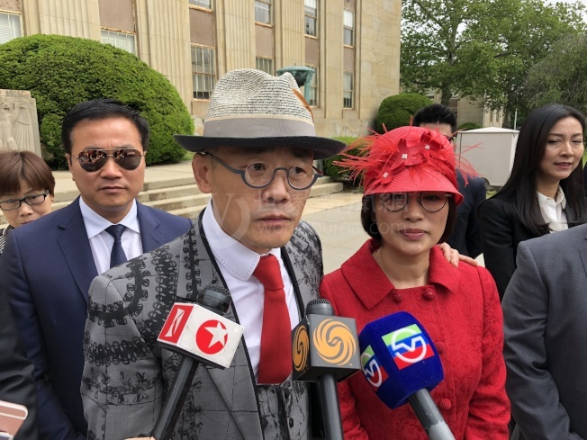 周立波和妻子胡洁在庭审结束后开心接受采访。(记者朱蕾/摄影)