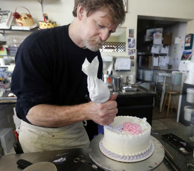 美國最高法院4日早晨以7票對2票表決裁定,科羅拉多州一家蛋糕烘焙業者有權拒絕不賣結婚蛋糕給同性婚姻伴侶。圖為「傑作蛋糕店」負責人菲利普斯。美聯社