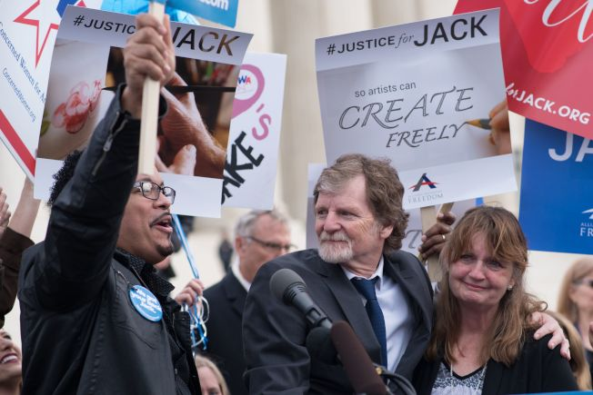 「傑作蛋糕店」先前因遭科羅拉多人權委員會及科州最高法院裁定敗訴。老闆菲利普斯(圖中)和支持者到華府抗議。(Getty Images檔案照)