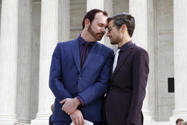 科羅拉多州同性伴侶克雷格(左)與穆里林斯(右)去年離開法院時,互觸額頭。(美聯社)