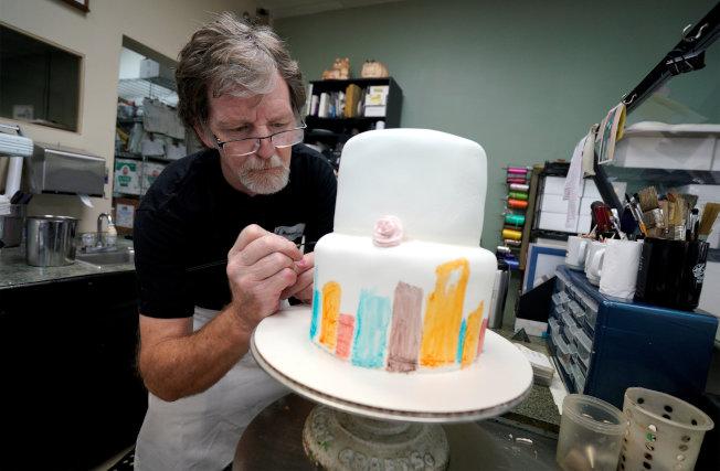 「傑作蛋糕店」老闆菲利普斯打贏「拒售同志結婚蛋糕案」官司;最高法院4日裁定,他有權以不符個人宗教信仰為由,拒絕為同性伴侶提供服務。(路透檔案照)