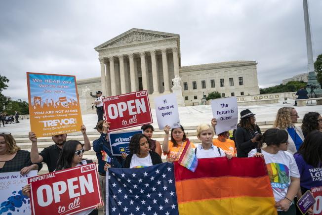 最高法院裁決「拒售同志結婚蛋糕案」後,美國公民自由聯盟(ACLU)的支持者聚集在最高法院前抗議。(歐新社)