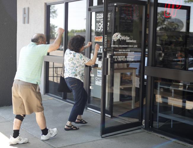 「傑作蛋糕店」獲勝訴後,支持者高興得手舞足蹈湧進蛋糕店。 (美聯社)