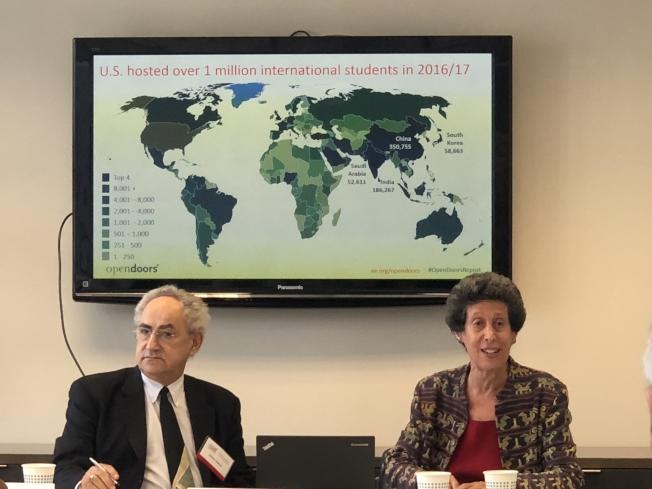 美中關係全國委員會4日舉行專家研討會,分析近年中國留學生在美及回國趨勢。左起David Zweig、Peggy Blumenthal。(記者陳小寧/攝影)
