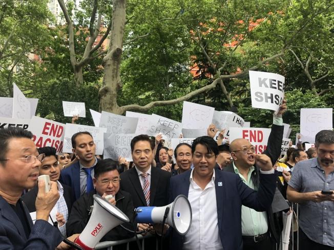 華裔家長5日在市政廳外抗議,反對廢除SHSAT。左一位陳善莊,左三為顧雅明。(記者陳小寧/攝影)