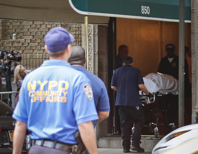 知名時尚設計師Kate Spade在自宅上吊自殺後,醫檢人員將她的遺體,移出她在紐約公園大道的公寓大樓。(美聯社)