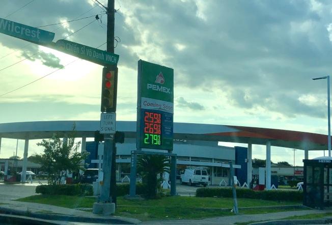 休士頓西南區一處加油站5日下午驚傳槍響,目擊者描述該名槍手疑似亞裔或西語裔。(記者郭宗岳/攝影)
