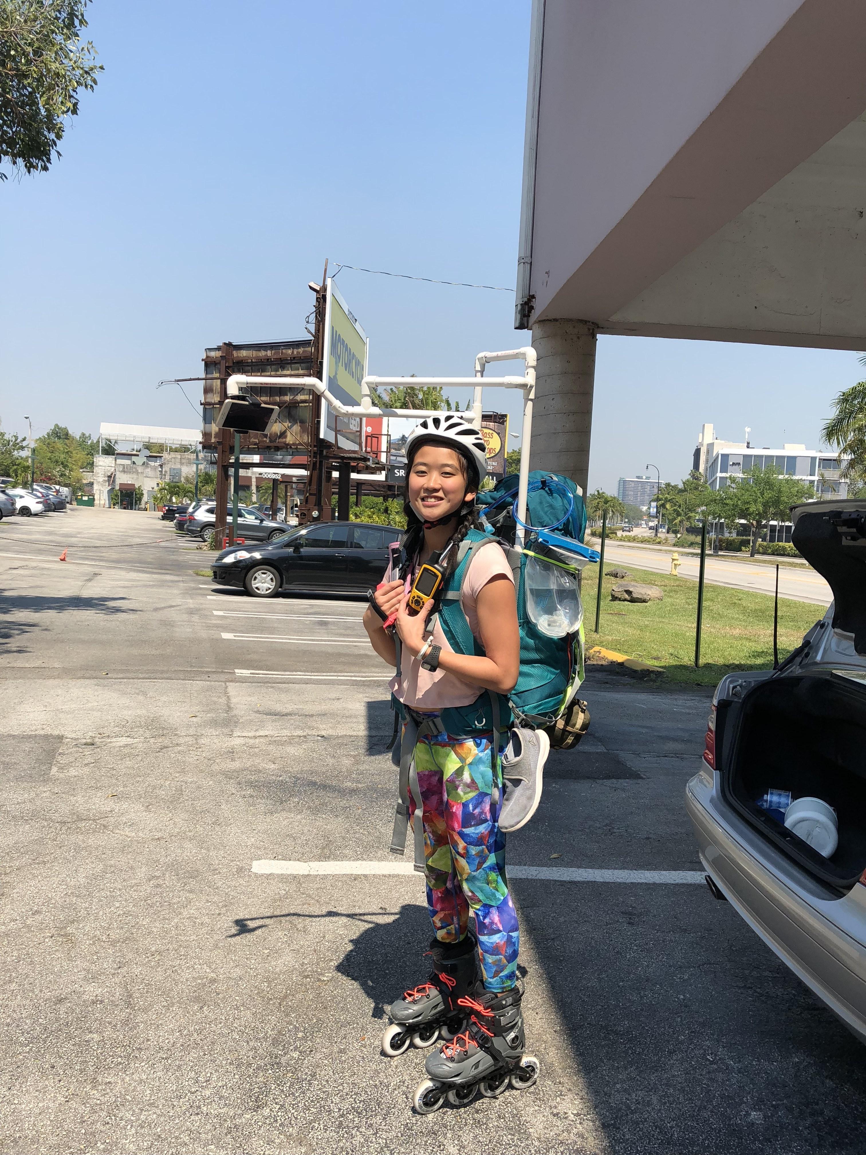 23歲的華裔女孩何易恩(Yanise Ho)正以直排輪滑橫穿全美國,挑戰最長輪滑旅程的金氏世界紀錄。(何易恩提供)