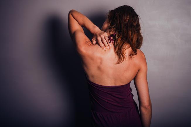 肩頸痠痛,通常是因為身體慢性疲勞累積。甚至有可能是過勞的前兆! 圖/ingimage