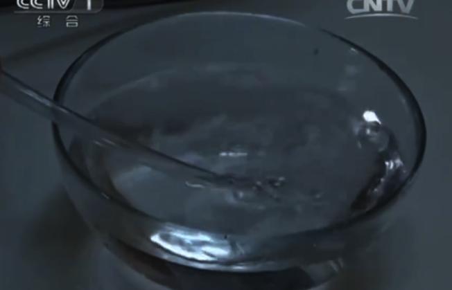 橡膠軟管模擬成孩童的氣管,塞入有救命孔的筆蓋,再對軟管吹氣,水內產生了氣泡,代表有氣體通過。取自微博
