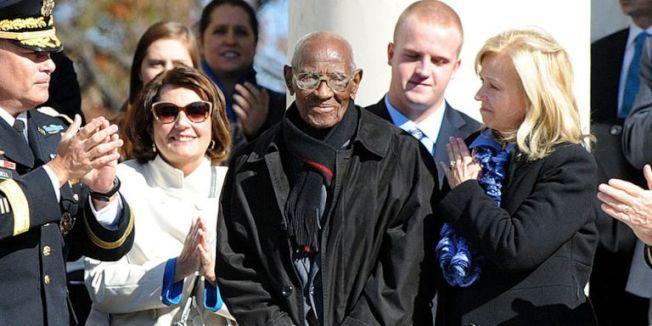 高齡112歲的奧維頓(中),是美國最長壽的男性和二戰老兵。(Getty Images)
