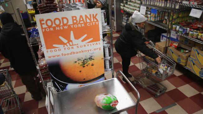 許多民眾的收入高於獲得聯邦援助的資格,但是卻又難以負擔生活開銷,如不想餓肚子,就得靠食物銀行救濟。(Getty Images)
