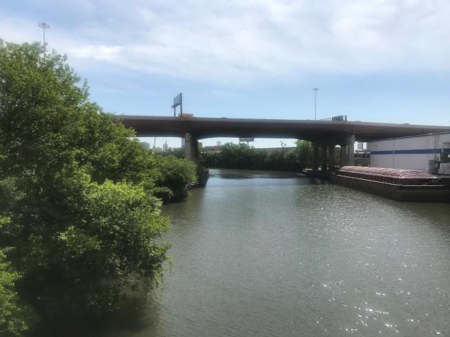 根據紀錄,失蹤華婦方佩香的屍體,在賀斯提特街夾亞珠街附近的芝加哥河畔發現。(特派員黃惠玲/攝影)