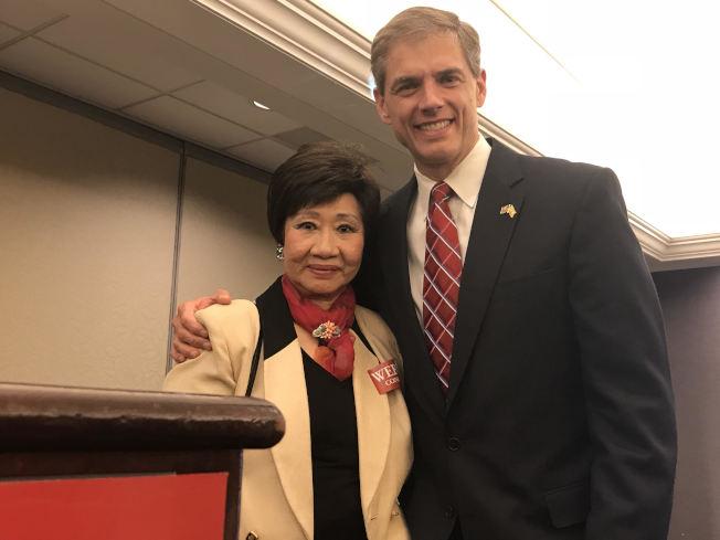 林潔輝(左)支持尋求連任的眾議員韋伯(右)。(林潔輝提供)