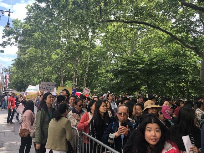1200名民眾6日在市政廳外集會,抗議紐約市2019年財政預算削減成人英語學習班1200萬。(記者陳小寧/攝影)