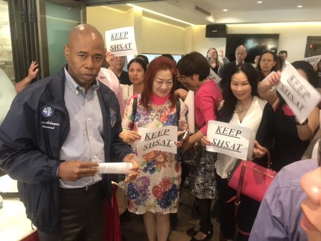 亞當斯(深藍衣者)6日前往華裔社區回應關於他支持特殊高中改革的質疑。(記者牟蘭/攝影)