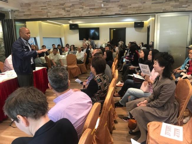 亞當斯(立者)6日前往華裔社區回應關於他支持特殊高中改革的質疑。(記者牟蘭/攝影)