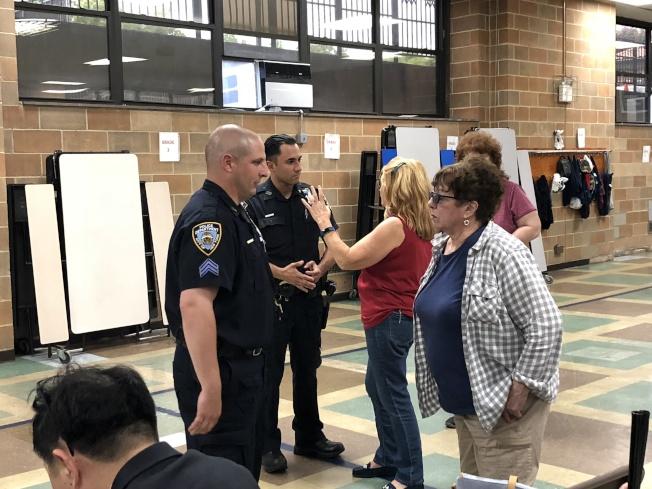 居民向社區駐守警員反映問題。(記者朱蕾╱攝影)