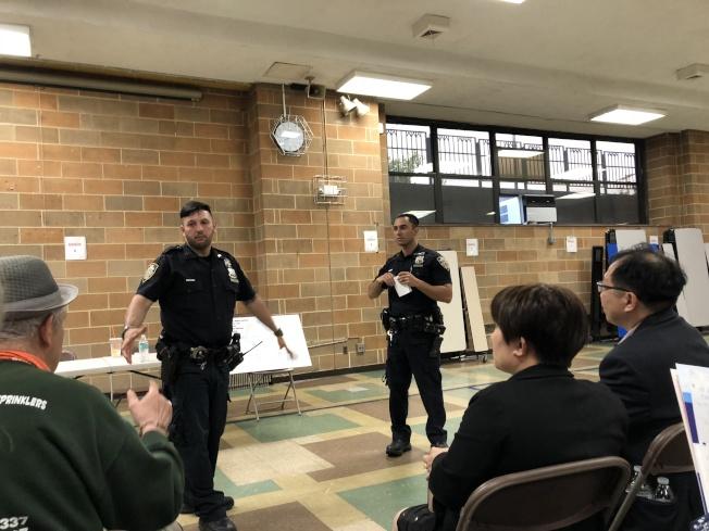 多名社區駐守警員出席建立鄰里安全會議,了解民眾需要。(記者朱蕾/攝影)