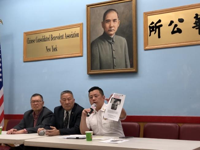 吳銘恆(右一)展示入室盜竊嫌犯圖像。(記者金春香/攝影)