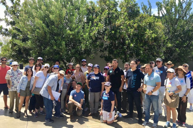加州民主黨組織支持者在橙縣集會造勢。(李天然提供)