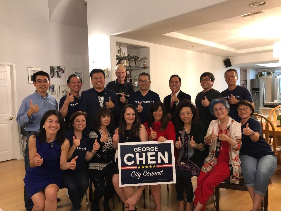 陳光豪(二排右一)與支持者5日晚等候選舉結果,並迎來獲勝的消息。(陳光豪提供)