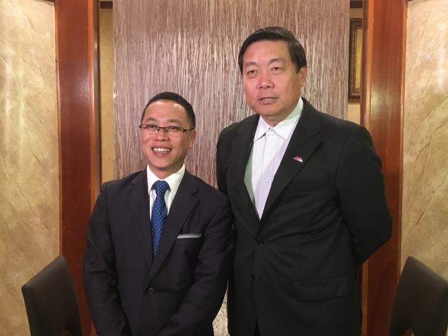 中美企業峰會「2018年度傑出企業家」得主包曉劍(左)與中美企業峰會主席沈群(右)。(記者謝雨珊/攝影)