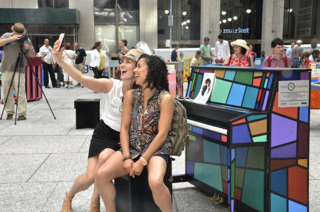 街頭鋼琴吸引很多民眾。(取自「為希望而唱」官網)