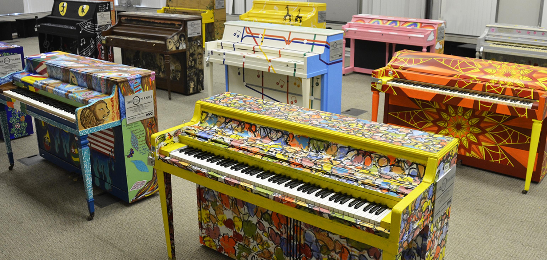 「為希望而唱鋼琴演奏」的50台鋼琴各具特色。(取自「為希望而唱」官網)