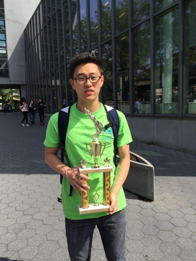 17歲的華裔少年王一皓,在2017至2018賽季紐約市公園局游泳大賽上獲得第一名。(王一皓提供)