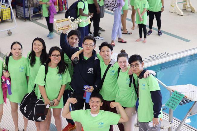 17歲的華裔少年王一皓(中間黑色衣服),在2017至2018賽季紐約市公園局游泳大賽上獲得第一名。(王一皓提供)