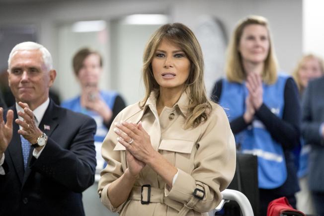第一夫人梅蘭妮亞重新走入公眾視線,陪川普總統一起到聯邦急難事務管理署,左為副總統潘斯。(美聯社)