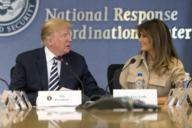 第一夫人梅蘭妮亞重新走入公眾視線,陪川普總統一起到聯邦緊急事務管理署。(美聯社)
