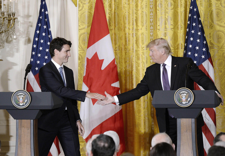 加拿大總理杜魯多(左)去年訪問白宮,與普總統舉行聯合記者會。(TNS)